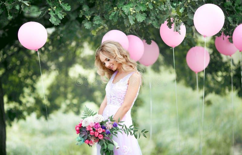 Mooie bruid met een boeket stock afbeelding