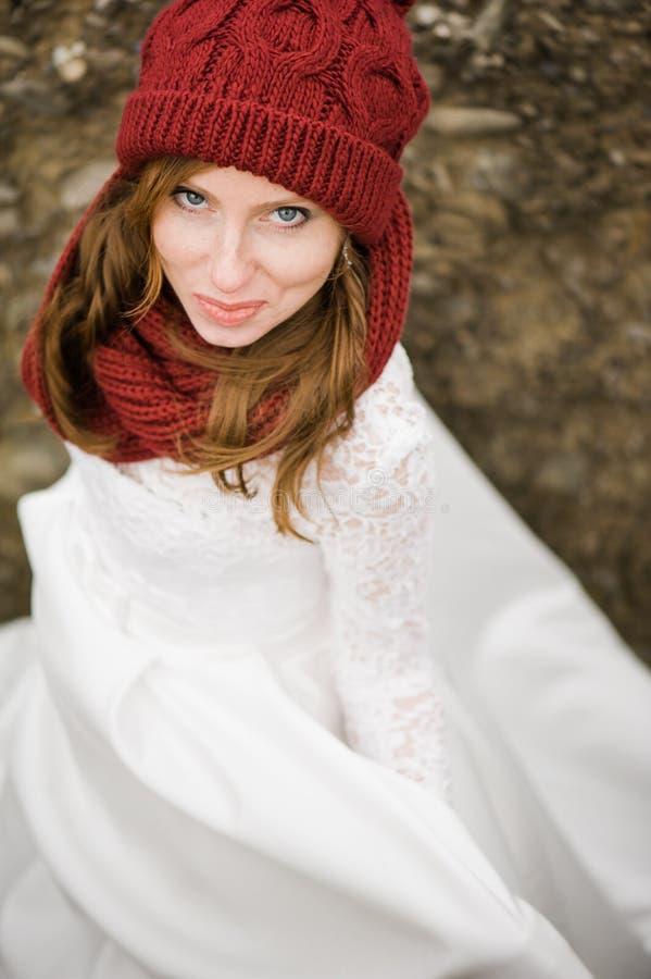 Mooie bruid met groot huwelijksboeket stock afbeelding
