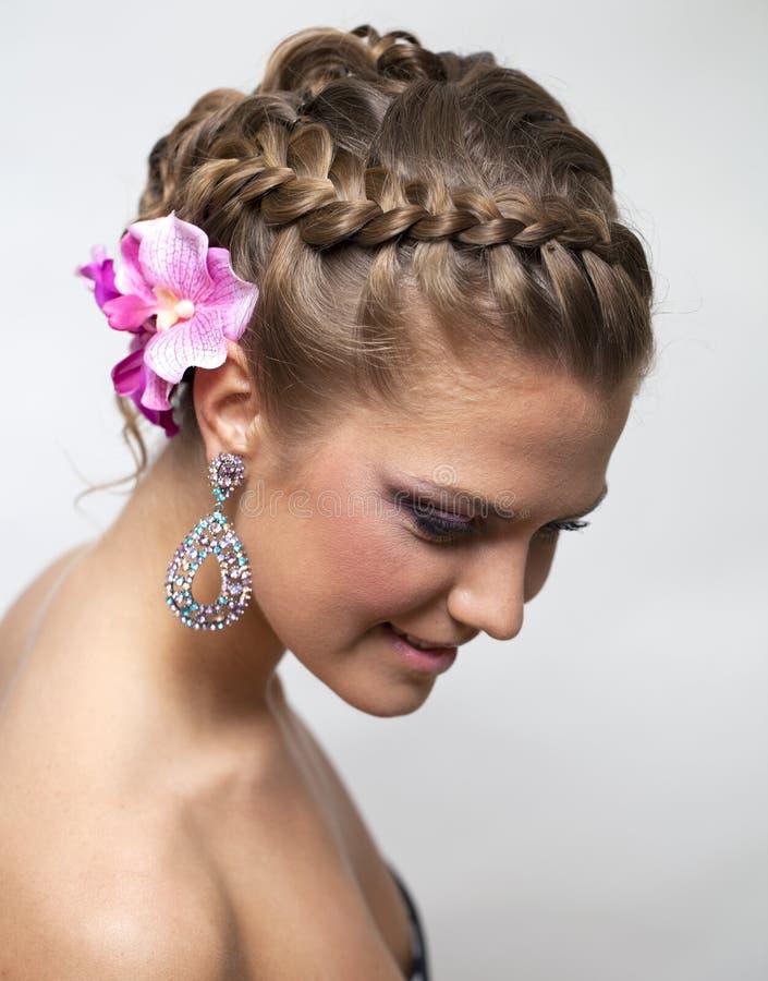 Mooie bruid met het kapsel van het manierhuwelijk stock fotografie