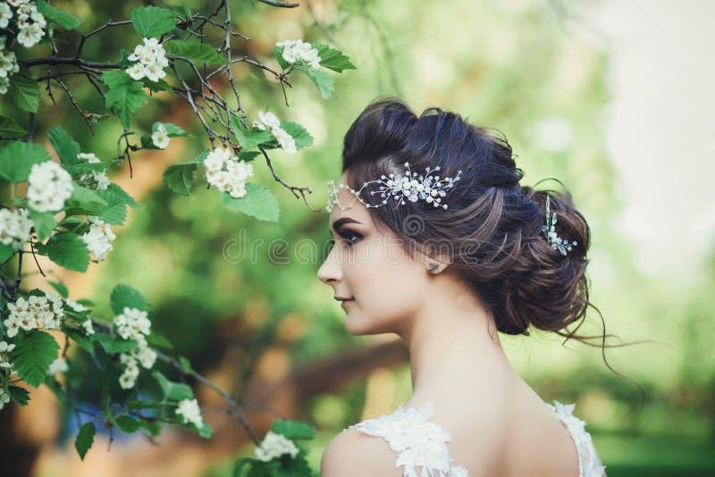 Portret Van Een Mooi Jong Meisje In Een Vliegende Bruid