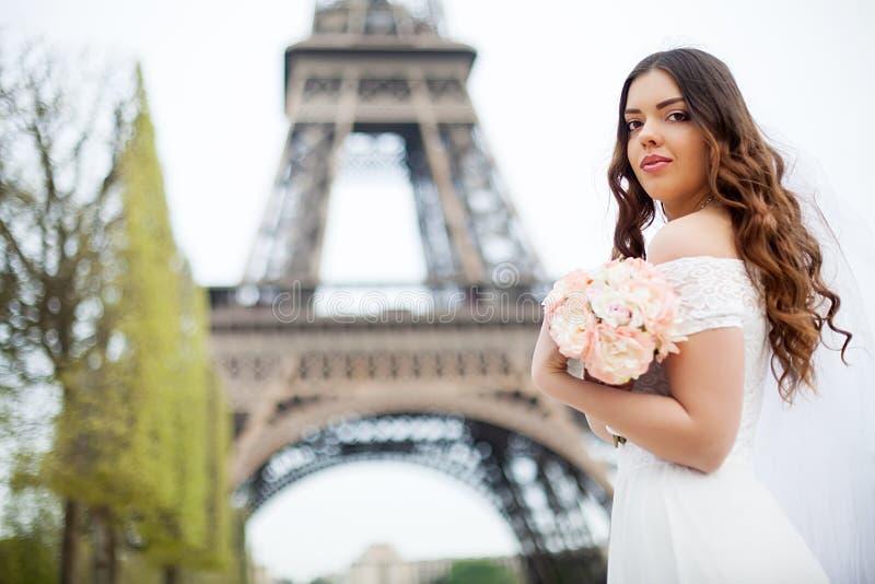 Mooie bruid met huwelijksboeket van lavendel het stellen op de aard stock foto's