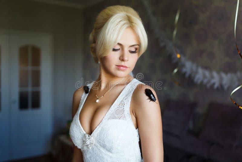Mooie bruid met kakkerlak stock afbeelding