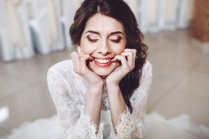 Mooie bruid in modieuze huwelijkskleding royalty-vrije stock foto