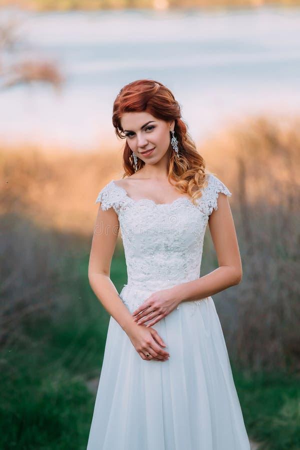 Mooie bruid op aard royalty-vrije stock fotografie