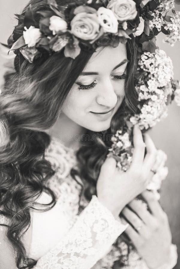 Mooie bruid op een schommeling royalty-vrije stock foto's