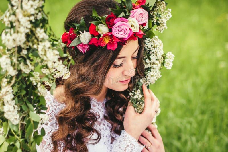 Mooie bruid op een schommeling royalty-vrije stock afbeeldingen