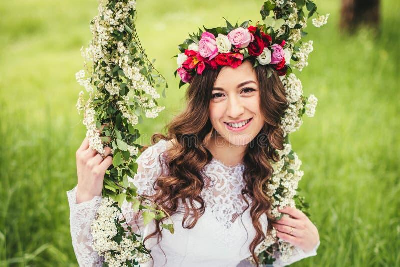 Mooie bruid op een schommeling stock fotografie