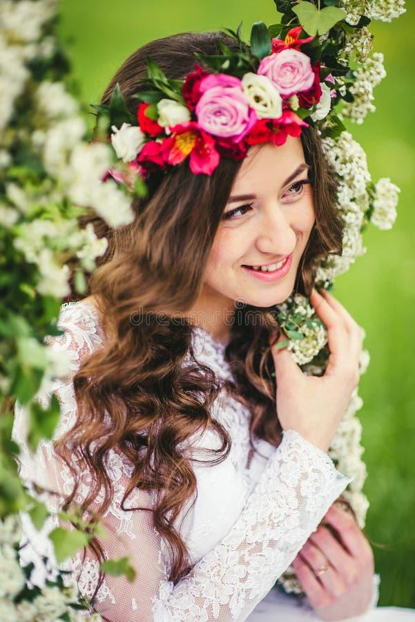 Mooie bruid op een schommeling royalty-vrije stock foto