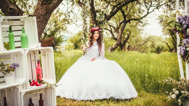 Mooie bruid op een schommeling stock afbeelding