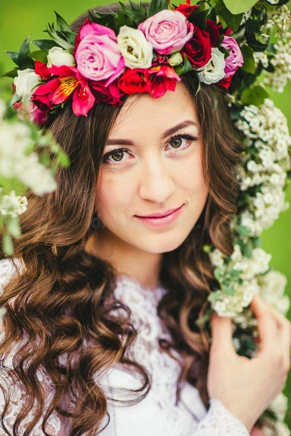 Mooie bruid op een schommeling stock foto's