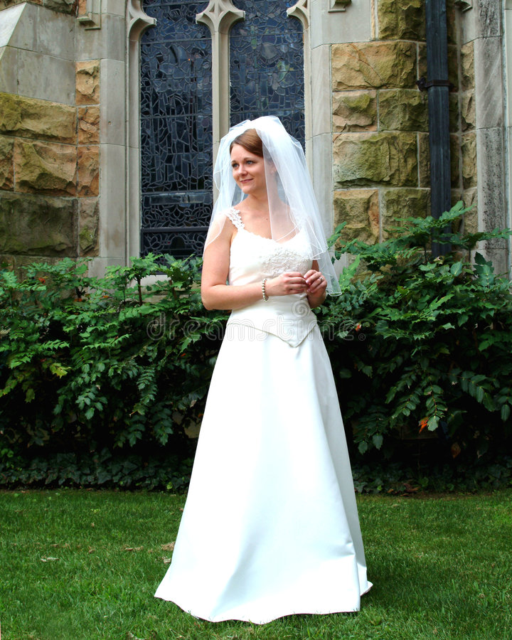 Mooie Bruid op Gazon van Kerk royalty-vrije stock foto's