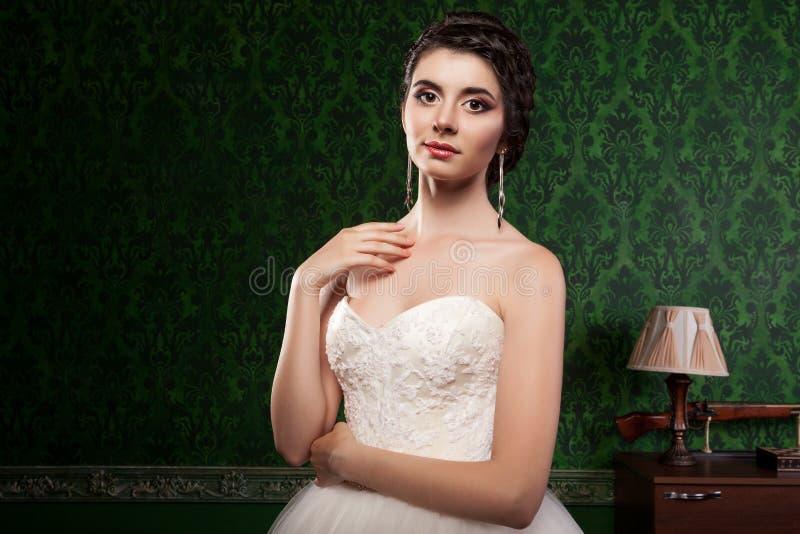 Mooie bruid op groene uitstekende patroonachtergrond royalty-vrije stock afbeeldingen