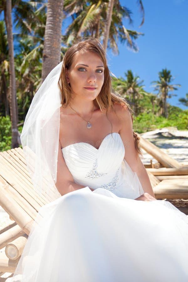 Mooie bruid op tropisch strand royalty-vrije stock foto