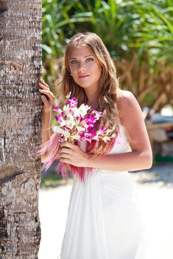 Mooie bruid op tropisch strand stock foto