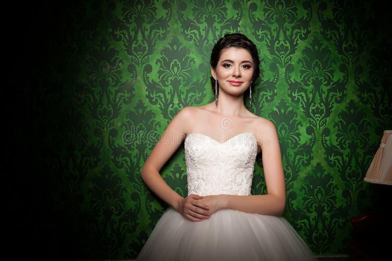 Mooie bruid in retro groene uitstekende ruimte royalty-vrije stock afbeeldingen