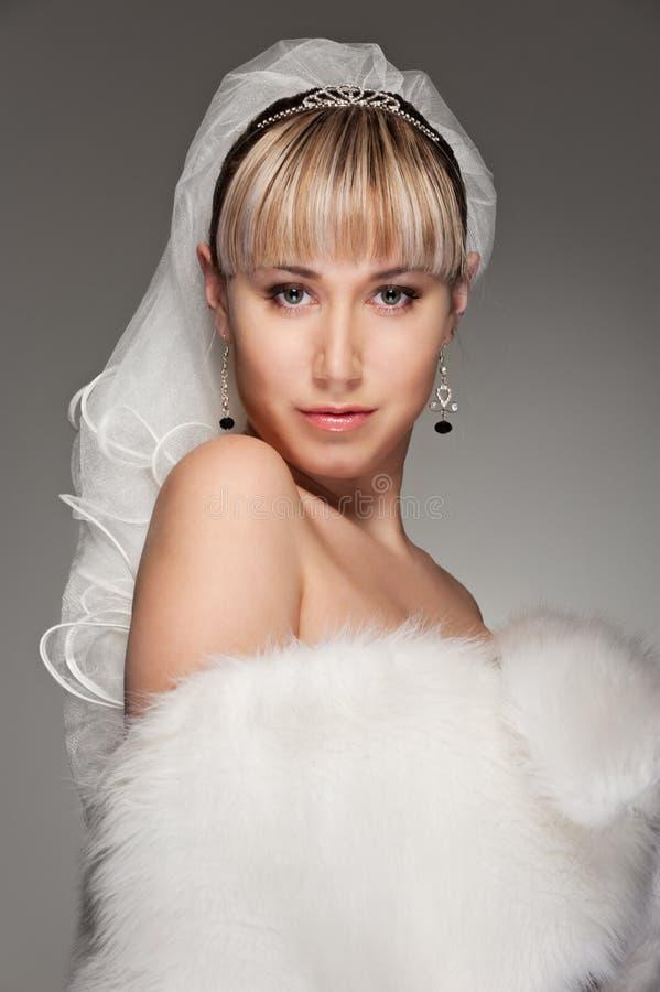 Mooie bruid in wit bont royalty-vrije stock fotografie