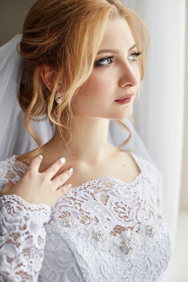 Mooie bruid in witte huwelijkskleding op huwelijksdag Een vrouw i royalty-vrije stock afbeelding