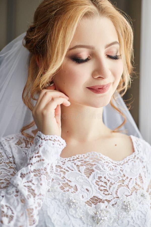 Mooie bruid in witte huwelijkskleding op huwelijksdag Een vrouw i royalty-vrije stock afbeeldingen
