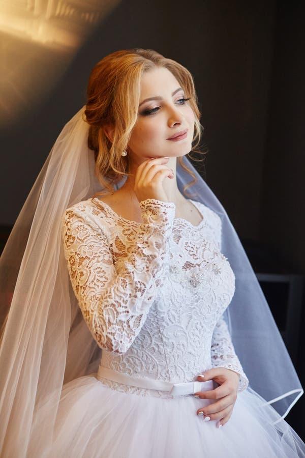 Mooie bruid in witte huwelijkskleding op huwelijksdag Een vrouw i royalty-vrije stock foto's