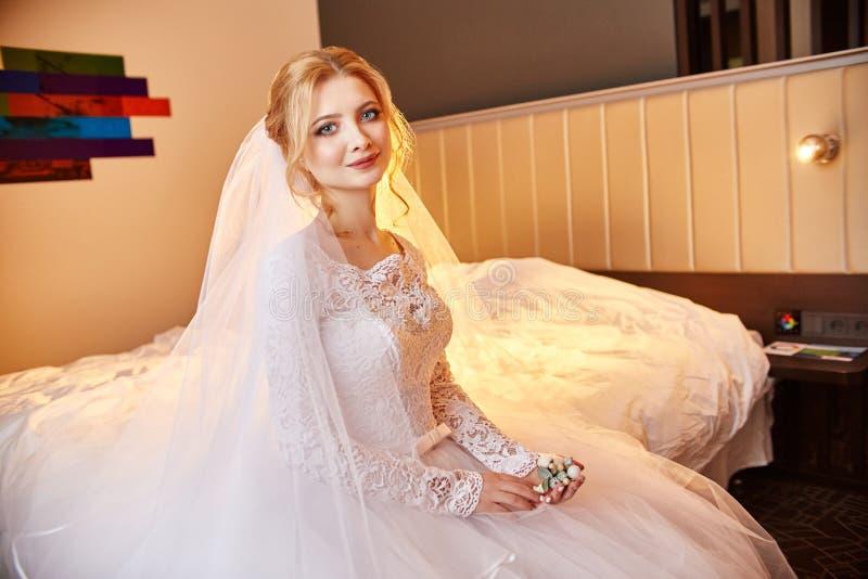 Mooie bruid in witte huwelijkskleding op huwelijksdag Een vrouw i stock fotografie