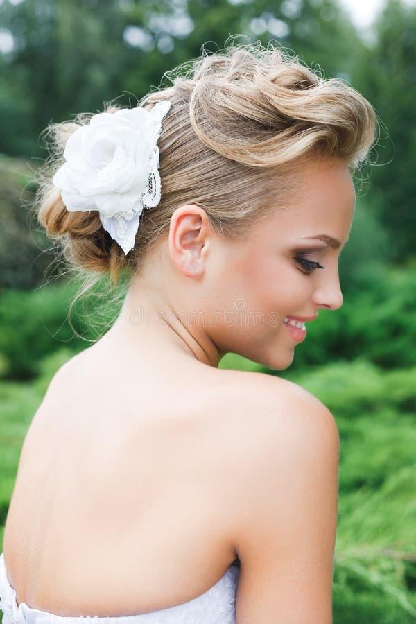 Mooie bruid in witte kleding royalty-vrije stock afbeeldingen