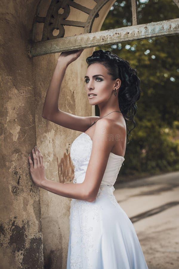 Mooie bruiddame in elegante witte huwelijkskleding stock fotografie