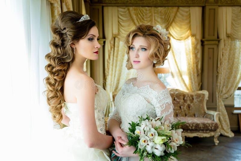 Mooie Bruiden met huwelijksmake-up stock fotografie