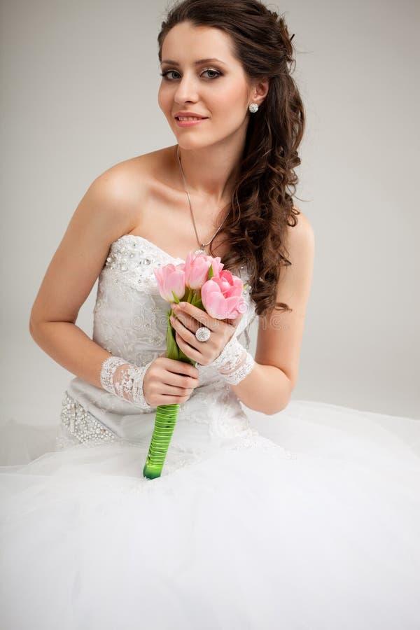 Mooie bruidzitting op de vloer royalty-vrije stock foto's