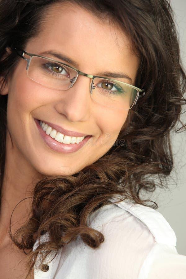 Mooie brunette die glazen draagt royalty-vrije stock fotografie