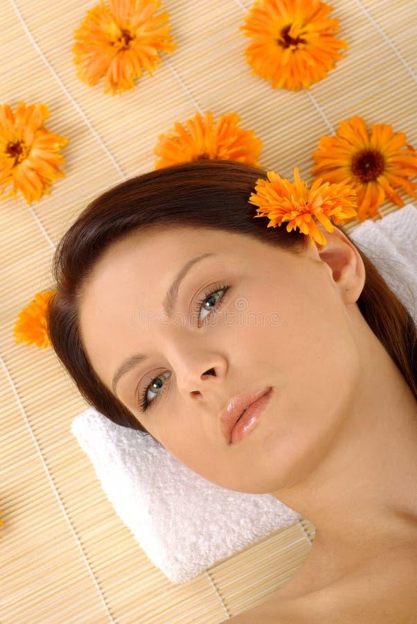 Mooie brunette in kuuroord royalty-vrije stock foto