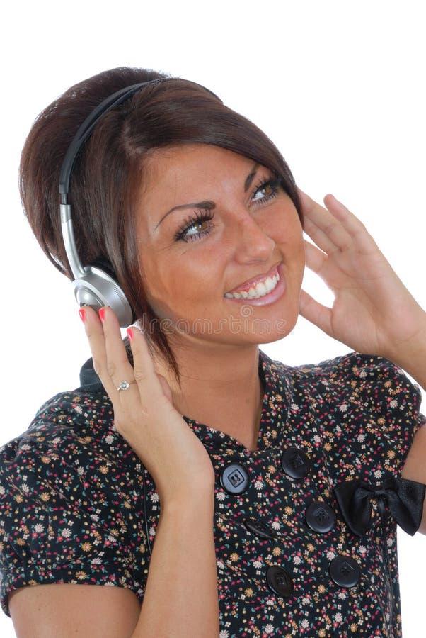 Mooie brunette met hoofdtelefoons stock fotografie