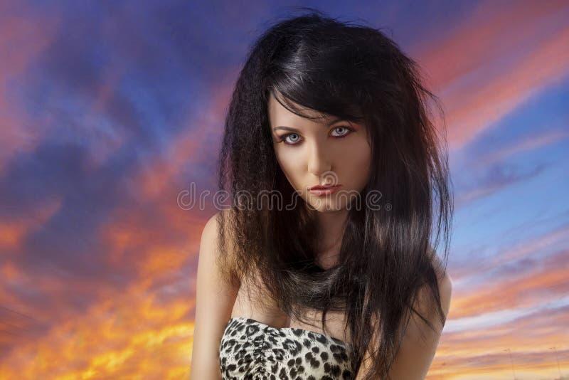 Sexy brunette met toevallige kleding voor de camera stock fotografie