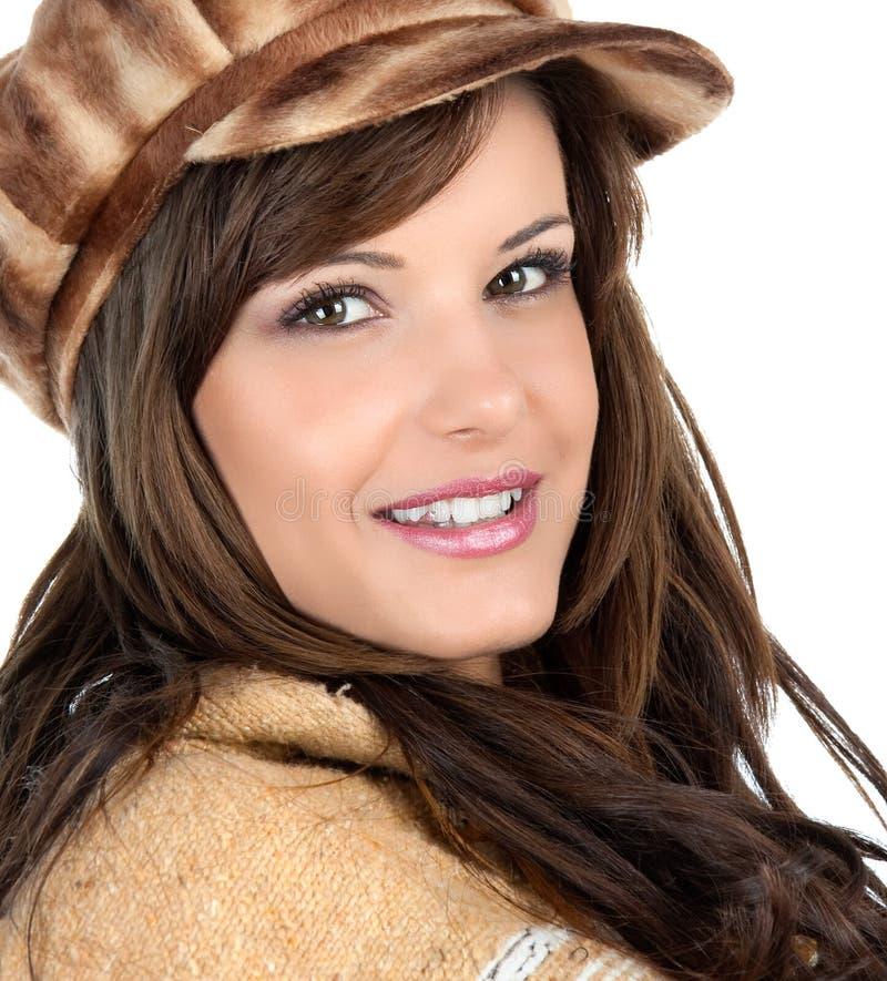 Mooie brunette met retro bonnet royalty-vrije stock afbeelding