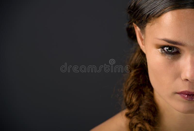 Mooie brunette in scheuren royalty-vrije stock foto's