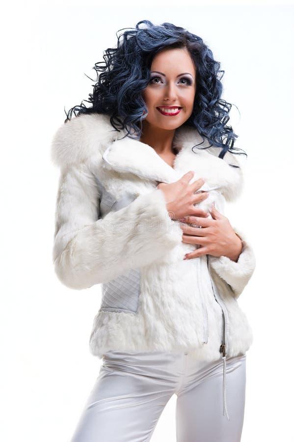 Mooie brunette in witte bontjas stock fotografie