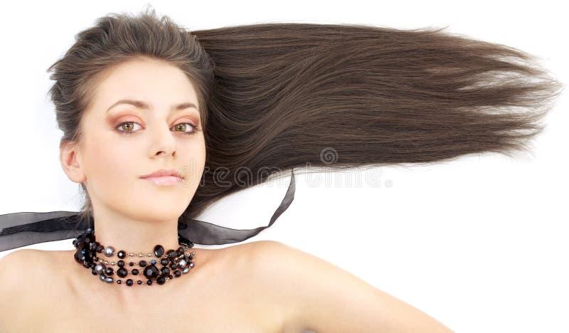 Mooie brunette in zwarte kraag stock afbeelding