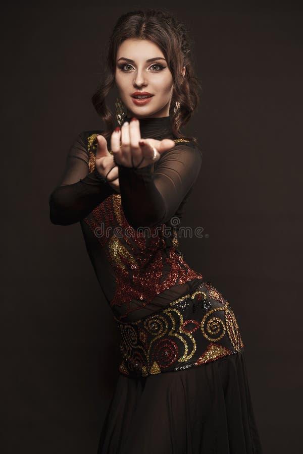 Mooie buikdanser die exotische dans in rode opwindingskleding perfoming royalty-vrije stock foto