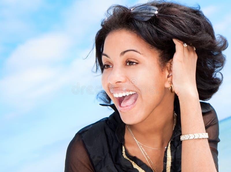 Mooie Caraïbische donkerbruine glimlach stock foto