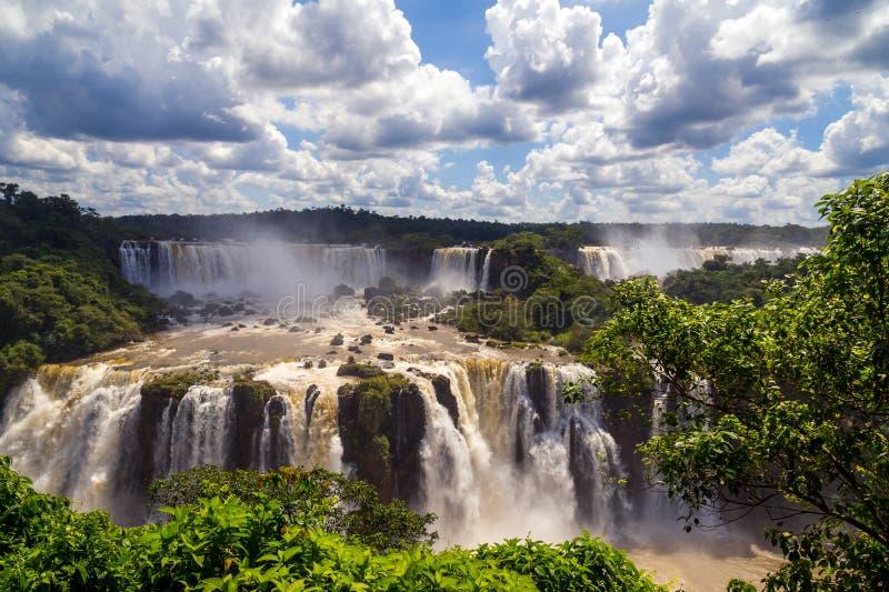 Mooie cascade van watervallen. Iguassudalingen van Brazilië met ri stock afbeelding