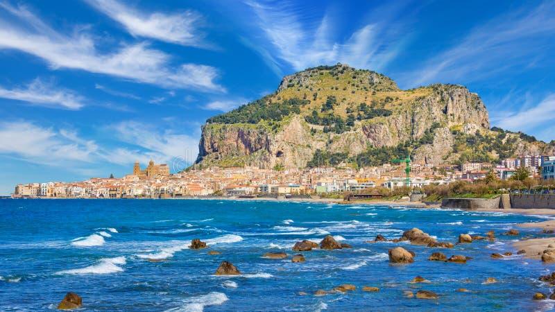 Mooie Cefalu, kleine toevluchtstad op Tyrrhenian kust van Sicilië, Italië royalty-vrije stock foto's