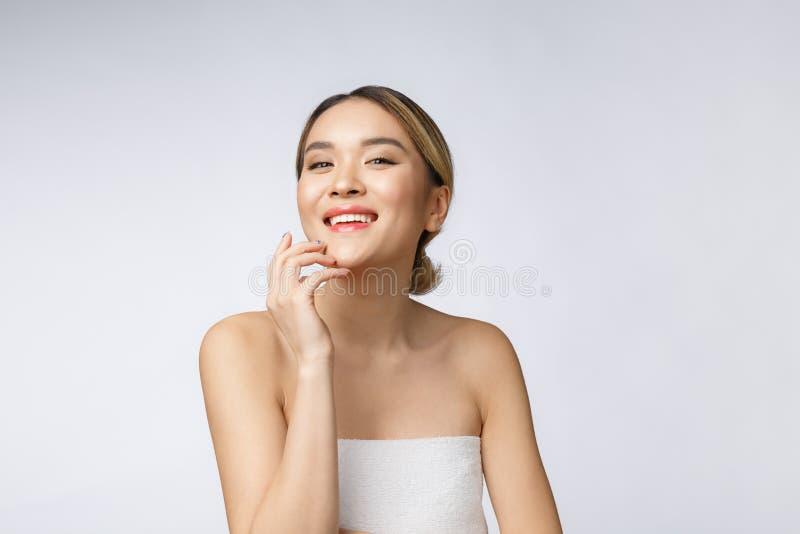Mooie Charmante Aziatische jonge vrouwenglimlach met witte tanden, zo voelend geluk en vrolijk met gezonde huid stock foto