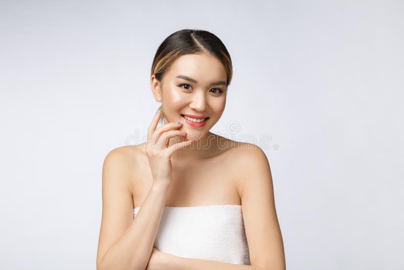 Mooie Charmante Aziatische jonge vrouwenglimlach met witte tanden, zo voelend geluk en vrolijk met gezonde huid stock foto's
