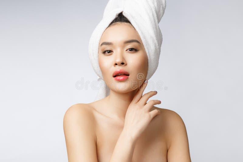 Mooie Charmante Aziatische jonge vrouwenglimlach met witte tanden, zo voelend geluk en vrolijk met gezonde huid stock afbeeldingen