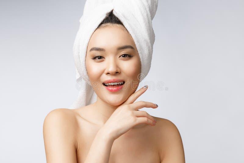 Mooie Charmante Aziatische jonge vrouwenglimlach met witte tanden, zo voelend geluk en vrolijk met gezonde huid stock afbeelding