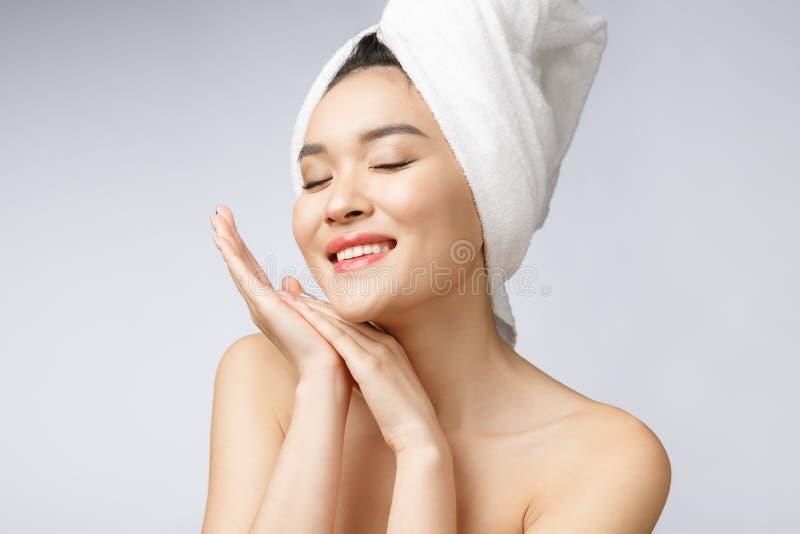 Mooie Charmante Aziatische jonge vrouwenglimlach met witte tanden, zo voelend geluk en vrolijk met gezonde huid stock fotografie