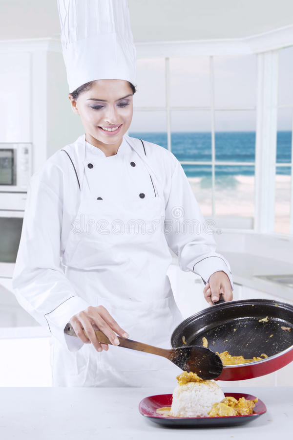 Mooie Chef-kok Cooking in de Keuken stock foto