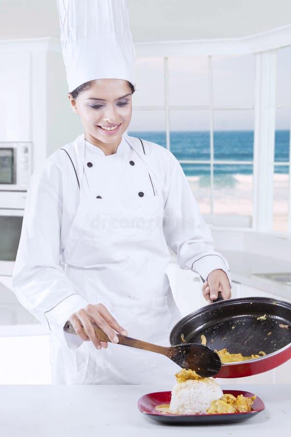 Mooie Chef-kok Cooking in de Keuken stock afbeelding