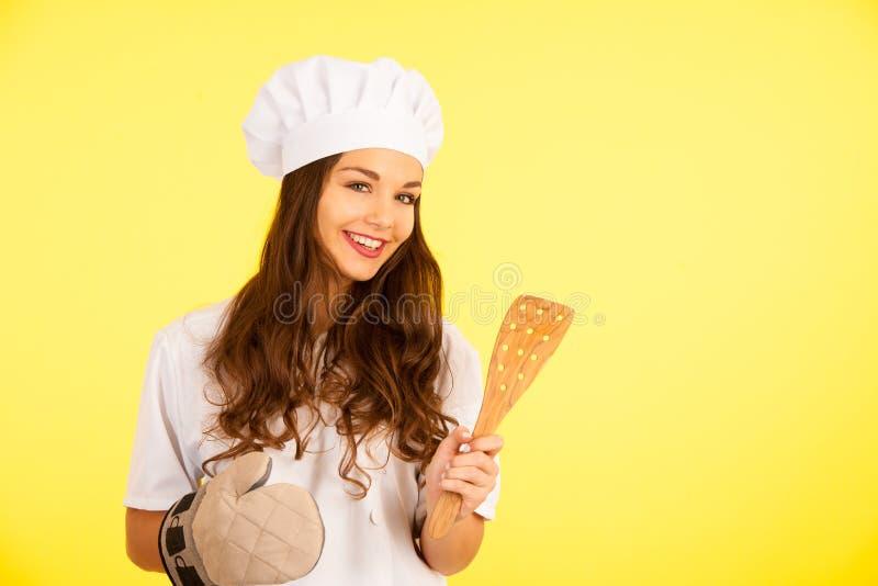 Download Mooie Chef-kok - Leuke Donkerbruine Vrouw In Kok Eenvormig Over Geel Stock Foto - Afbeelding bestaande uit eenvormig, keuken: 107708916