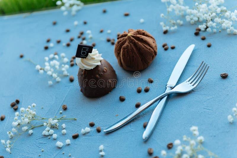 Mooie chocoladecakes die op een blauwe lijst worden gediend stock foto's