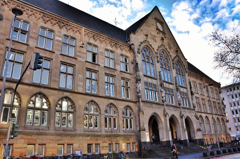 Mooie cityscape Gotische architectuur tegen de blauwe hemel stock afbeeldingen